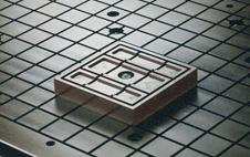 Vacuum block on matrix-type router table